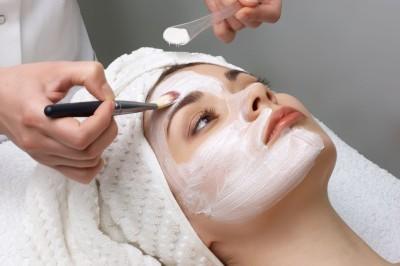 El envejecimiento facial es un proceso fisiológico que se puede ver acentuado por la acción de los rayos ultravioletas en la exposición al sol